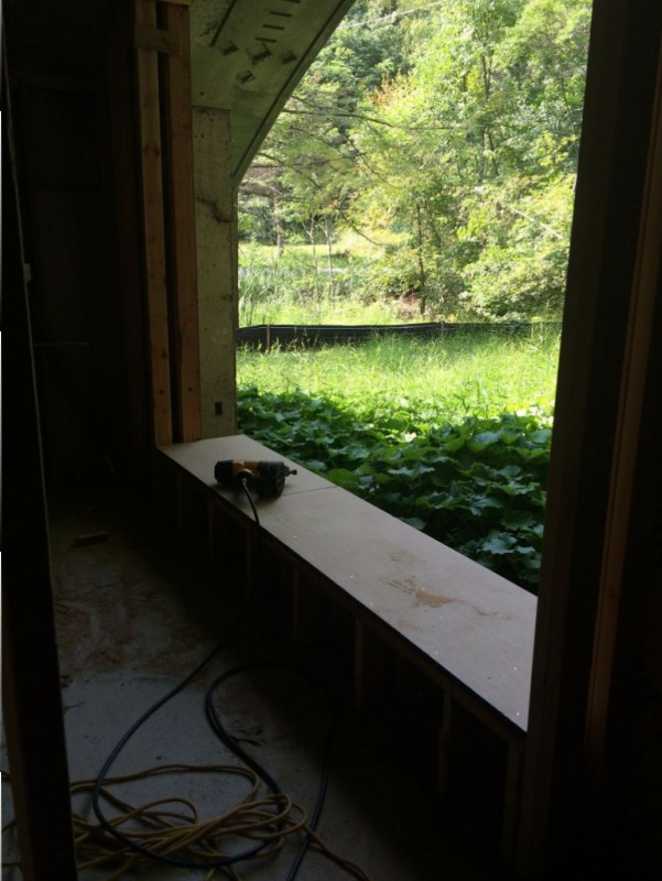 Installing the sill of the second bedroom.